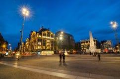 Amsterdam Nederländerna - Maj 7, 2015: Folket besöker fördämningmonumentet i Ansterdam Arkivfoton
