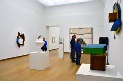 Amsterdam Nederländerna - Maj 6, 2015: Folket besöker utställning i det Stedelijk museet i Amsterdam fotografering för bildbyråer