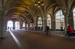 Amsterdam Nederländerna - Maj 6, 2015: Folket på den huvudsakliga ingången av Rijksmuseumen passerar Royaltyfria Bilder