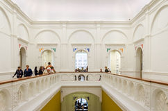 Amsterdam Nederländerna - Maj 6, 2015: Holländskt folkbesök Stedelijk Musem i Amsterdam Arkivfoto
