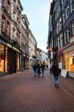 Amsterdam Nederländerna - Maj 7, 2015: Oidentifierat folk som shoppar på Kalverstraat Fotografering för Bildbyråer