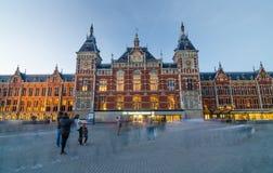 Amsterdam Nederländerna - Maj 8, 2015: Passagerare på Amsterdam den centrala drevstationen Arkivfoto