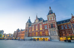 Amsterdam Nederländerna - Maj 8, 2015: Passagerare på Amsterdam den centrala drevstationen Royaltyfri Fotografi