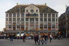 AMSTERDAM NEDERLÄNDERNA - MAJ 13, 2015: Royal Palace på fördämningen kvadrerar i Amsterdam Arkivfoto