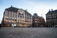 AMSTERDAM NEDERLÄNDERNA - MAJ 13, 2015: Royal Palace på fördämningen kvadrerar i Amsterdam Arkivbilder