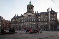 AMSTERDAM NEDERLÄNDERNA - MAJ 13, 2015: Royal Palace på fördämningen kvadrerar i Amsterdam Arkivfoton