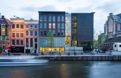 Amsterdam Nederländerna - Maj 7, 2015: Turist- besökAnne Frank hus och förintelsemuseum i Amsterdam Royaltyfri Bild