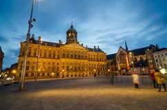 Amsterdam Nederländerna - Maj 7, 2015: Turist- besökfördämningfyrkant i Amsterdam Fotografering för Bildbyråer