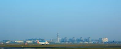 Amsterdam Nederländerna - mars 11, 2016: Amsterdam flygplats Schiphol i Nederländerna AMS är den huvudsakliga Nederländerna arkivfoton
