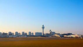 Amsterdam Nederländerna - mars 11, 2016: Amsterdam flygplats Schiphol i Nederländerna AMS är den huvudsakliga Nederländerna arkivbilder