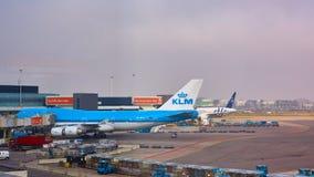 Amsterdam Nederländerna - mars 11, 2016: KLM flygplan som parkeras på den Schiphol flygplatsen royaltyfri fotografi