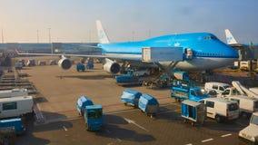Amsterdam Nederländerna - mars 11, 2016: KLM flygplan som parkeras på den Schiphol flygplatsen arkivbilder
