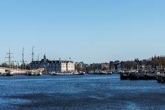 AMSTERDAM NEDERLÄNDERNA - mars 20, 2018: Sikt från gatan på Amsterdam maritimt historiemuseum arkivfoton