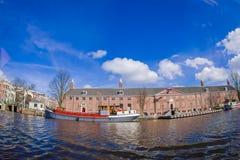 AMSTERDAM NEDERLÄNDERNA, MARS, 10 2018: Utomhus- sikt av eremitboningmuseet i Amsterdam, på den Amstel floden, med 12.846 Fotografering för Bildbyråer