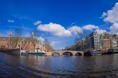 AMSTERDAM NEDERLÄNDERNA, MARS, 10 2018: Utomhus- sikt av eremitboningmuseet i Amsterdam, på den Amstel floden, med 12.846 Royaltyfri Bild