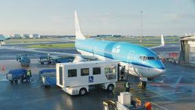 Amsterdam Nederl?nderna, Oktober 2017: Flygplatspersonalen f?rbereder en trafikflygplan f?r avvikelse N?ra eyeliner ?r stock video