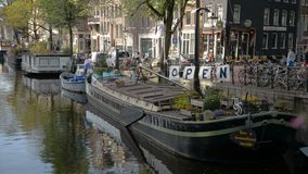amsterdam Nederländerna Oktober 15, 2017 Amsterdam kanal i nedgångfärger stock video