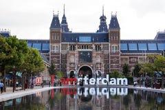 Amsterdam Nederländerna, Rijksmuseum det nederländska nationella museet med `en för ord` I amsterdam med reflexion Royaltyfria Foton