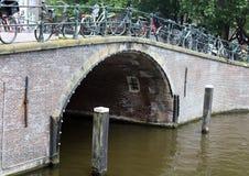 Amsterdam, Nederländerna, stadskanaler, fartyg, broar och gator Unik härlig och lös europeisk stad arkivfoto
