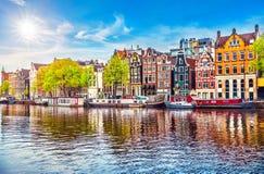 Amsterdam nederländska danshus över floden Amstel arkivbilder
