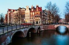 Amsterdam, nederländska kanaler och broar Royaltyfri Foto