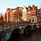 Amsterdam, nederländska kanaler och broar Arkivbilder
