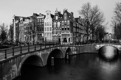 Amsterdam, nederländska kanaler och broar Royaltyfri Bild