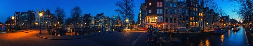 Amsterdam, nederländska kanaler och broar på natten Royaltyfria Foton