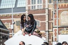 Amsterdam, Nederland - April 31, 2017: Aziatische dame die van hun vakantie op de brieven van I genieten Amsterdam stock foto's