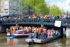 AMSTERDAM, 27 NEDERLAND-APRIL: Bootpartij door de kanalen van Amsterdam tijdens de Dag van de Koning op 27,2015 April Royalty-vrije Stock Afbeeldingen