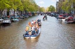 AMSTERDAM, 27 NEDERLAND-APRIL: Bootpartij langs de kanalen van Amsterdam tijdens de Dag van de Koning op 27,2015 April Royalty-vrije Stock Foto's