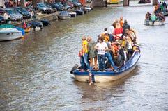 AMSTERDAM, 27 NEDERLAND-APRIL: Bootpartij langs de kanalen van Amsterdam tijdens de Dag van de Koning op 27,2015 April Royalty-vrije Stock Foto