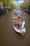 AMSTERDAM, 27 NEDERLAND-APRIL: Bootpartij langs de kanalen van Amsterdam tijdens de Dag van de Koning op 27,2015 April in Amsterd Stock Fotografie