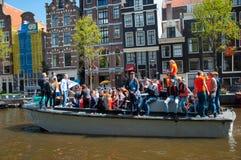 AMSTERDAM, 27 NEDERLAND-APRIL: Bootpartij langs de kanalen van Amsterdam tijdens de Dag van de Koning op 27,2015 April in Amsterd Royalty-vrije Stock Afbeelding