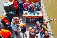 AMSTERDAM, 27 NEDERLAND-APRIL: Bootpartij met DJ op een boot, het kanaal van Amsterdam tijdens de Dag van de Koning op 27,2015 Ap Stock Foto