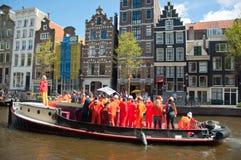 AMSTERDAM, 27 NEDERLAND-APRIL: Bootpartij met DJ op een boot, het kanaal van Amsterdam tijdens de Dag van de Koning op 27,2015 Ap Royalty-vrije Stock Foto's