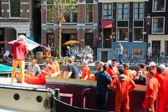 AMSTERDAM, 27 NEDERLAND-APRIL: Bootpartij op het kanaal van Amsterdam tijdens de Dag van de Koning op 27,2015 April in Amsterdam Stock Foto