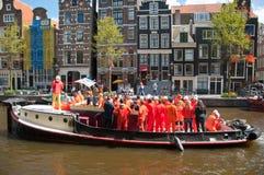 AMSTERDAM, 27 NEDERLAND-APRIL: Bootpartij op het kanaal van Amsterdam tijdens de Dag van de Koning op 27,2015 April in Amsterdam Royalty-vrije Stock Foto's