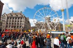 AMSTERDAM, 27 NEDERLAND-APRIL: Dam Vierkant hoogtepunt van mensen in sinaasappel tijdens de Dag van de Koning op 27,2015 April in Stock Foto