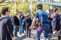 Amsterdam, Nederland - April 31, 2017: De handhaving politieafdeling die een blik in de straten van de stad hebben Stock Foto's