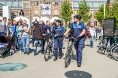 Amsterdam, Nederland - April 31, 2017: De handhaving politieafdeling die een blik in de straten van de stad hebben stock fotografie