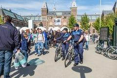 Amsterdam, Nederland - April 31, 2017: De handhaving politieafdeling die een blik in de straten van de stad hebben royalty-vrije stock afbeelding