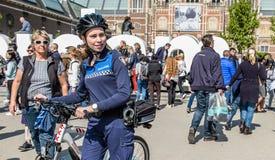 Amsterdam, Nederland - April 31, 2017: De handhaving politieafdeling die een blik in de straten van de stad hebben Royalty-vrije Stock Afbeeldingen