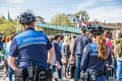 Amsterdam, Nederland - April 31, 2017: De handhaving politieafdeling die een blik in de straten van de stad hebben Stock Afbeelding