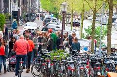 AMSTERDAM, 27 NEDERLAND-APRIL: De menigte van plaatselijke bewoners viert de Dag van de Koning op 27,2015 April in Amsterdam, Ned Stock Afbeelding