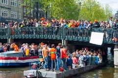 AMSTERDAM, 27 NEDERLAND-APRIL: De mensen vieren de Dag van de Koning op 27,2015 April in Amsterdam Stock Afbeeldingen