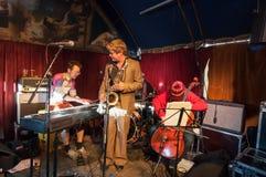 AMSTERDAM, 27 NEDERLAND-APRIL: De niet gedefiniëerde musici spelen jazz op de Dag van de Koning op 27,2015 April Stock Foto's