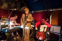 AMSTERDAM, 27 NEDERLAND-APRIL: De niet gedefiniëerde muziekband speelt jazz op de Dag van de Koning op 27,2015 April Royalty-vrije Stock Fotografie