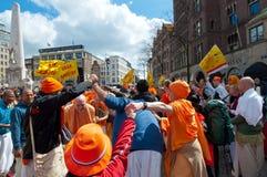 AMSTERDAM, 27 NEDERLAND-APRIL: De plaatselijke bewoners en de toeristen in oranje kleren vieren de Dag van de Koning op 27,2015 A Royalty-vrije Stock Foto