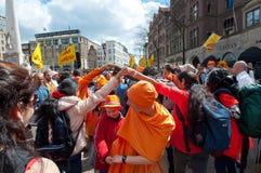 AMSTERDAM, 27 NEDERLAND-APRIL: De plaatselijke bewoners en de toeristen in sinaasappel vieren de Dag van de Koning op 27,2015 Apr Royalty-vrije Stock Foto